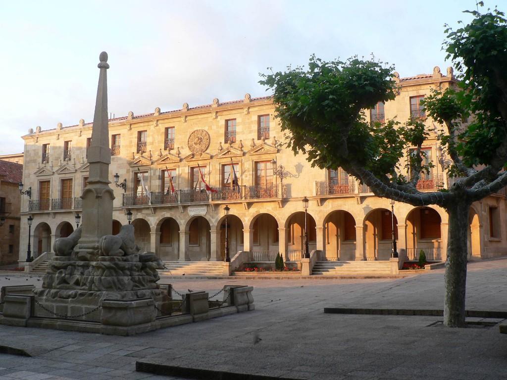 Ayuntamiento de Soria, fachada iluminada en el solsticio estival