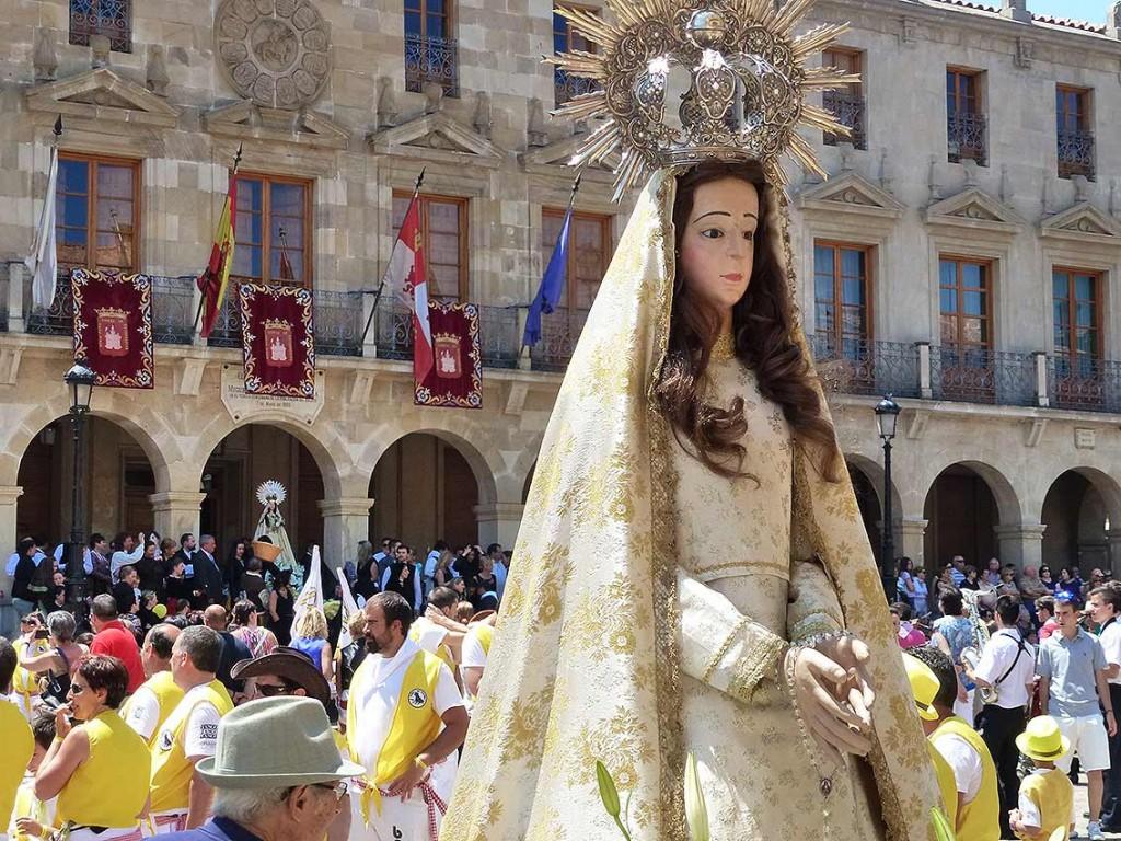 La-Mayor-de-espaldas-a-La-Blanca_Sanjuanes-de-Soria-2015