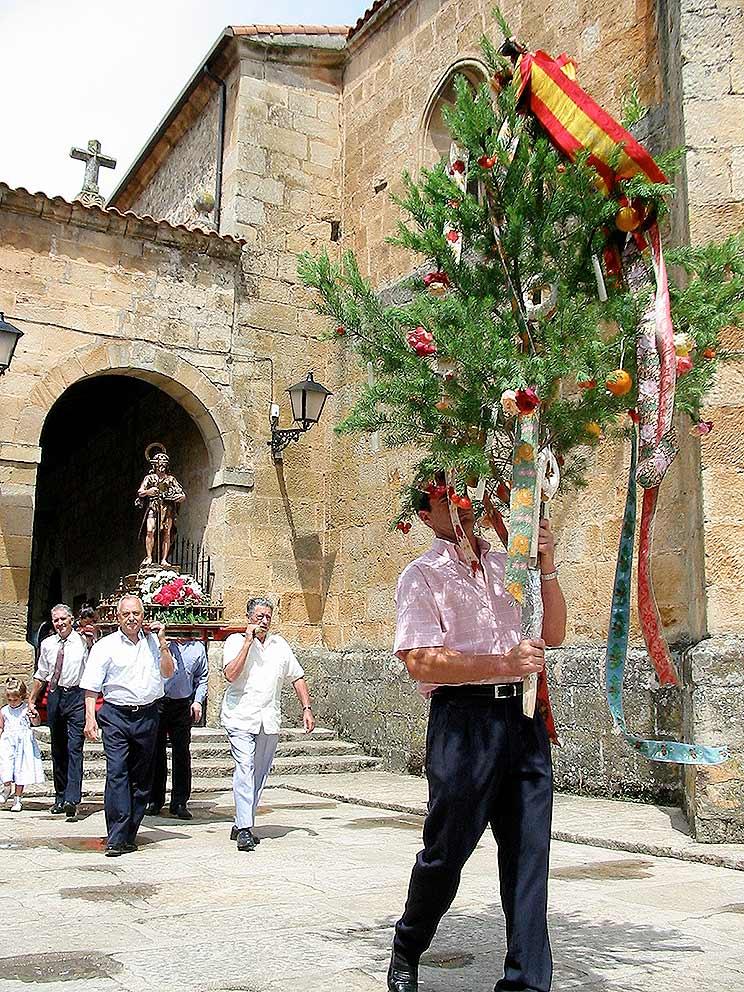 Mozo-del-Ramo-y-procesion-de-san-Juan-en-Salduero