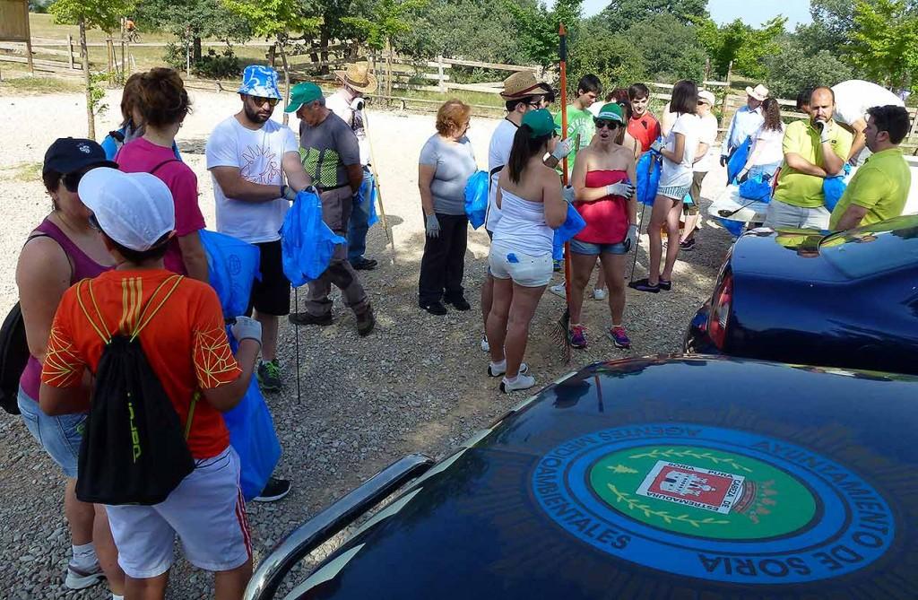 Volutnariado-recogida-basura-en-Valonsadero-2015-e