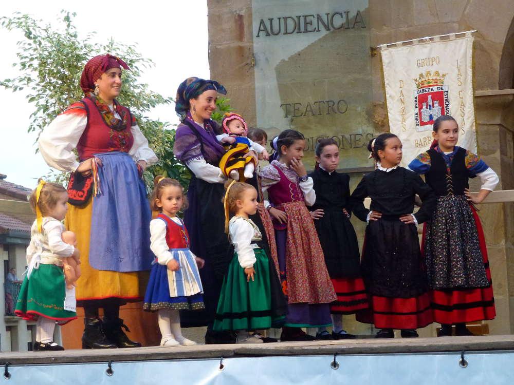 Damas y peques de Grupo de Danzas Sorianas