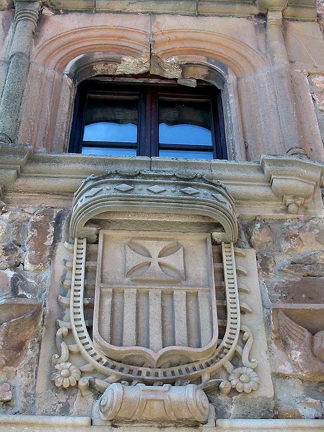 Escudo mercedario y ventana gótica ajimezada en el conjunto de La Merced en Soria