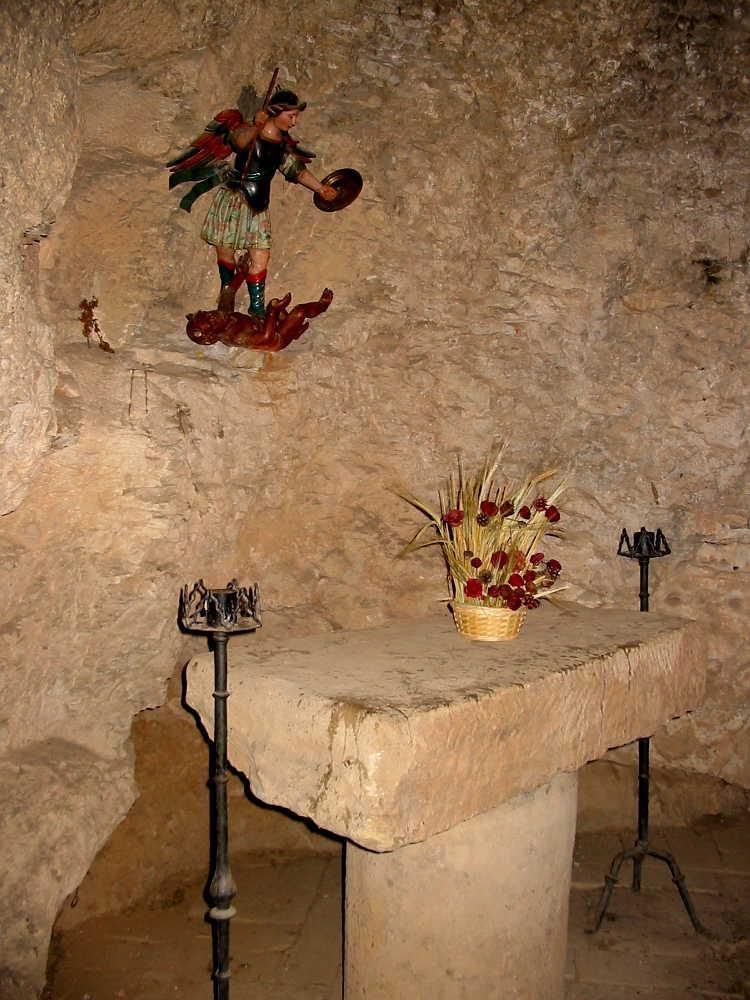 altar de San Miguel en San Saturio de Soria