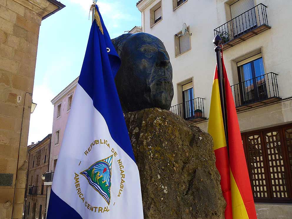 Bandera-de-Nicaragua-en-homenaje-Antonioo-Machado-y-Ruben-Dario-en-Soria