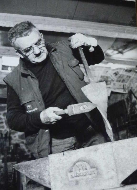 Isidoro Saenz en su fragua de Oteruelos