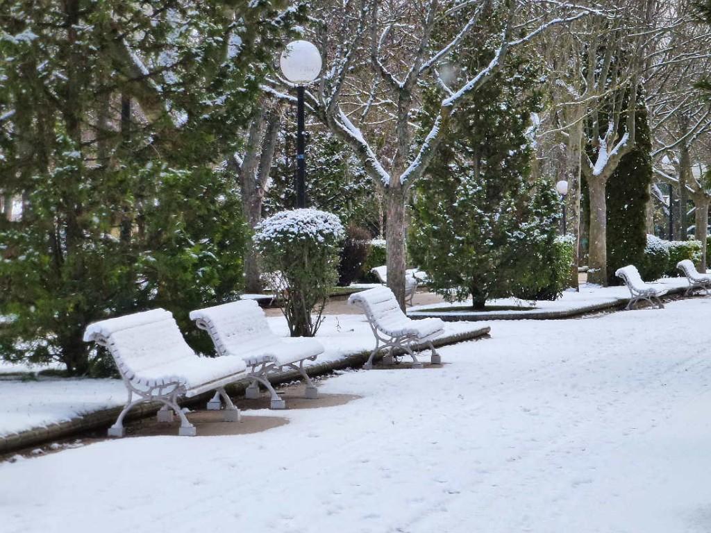 paseo nevado y bancos en Dehesa de Soria