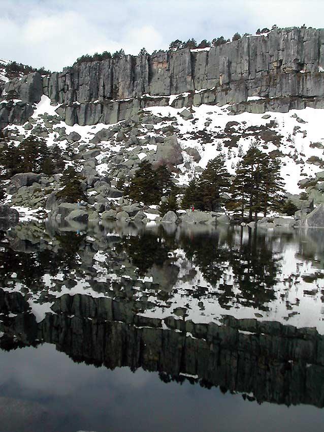 Laguna-Negra-con-nieve-y-reflejos-rocosos