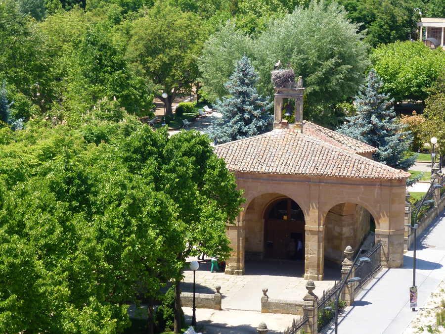 ermita de La Soledad y arbolado Dehesa de Soria