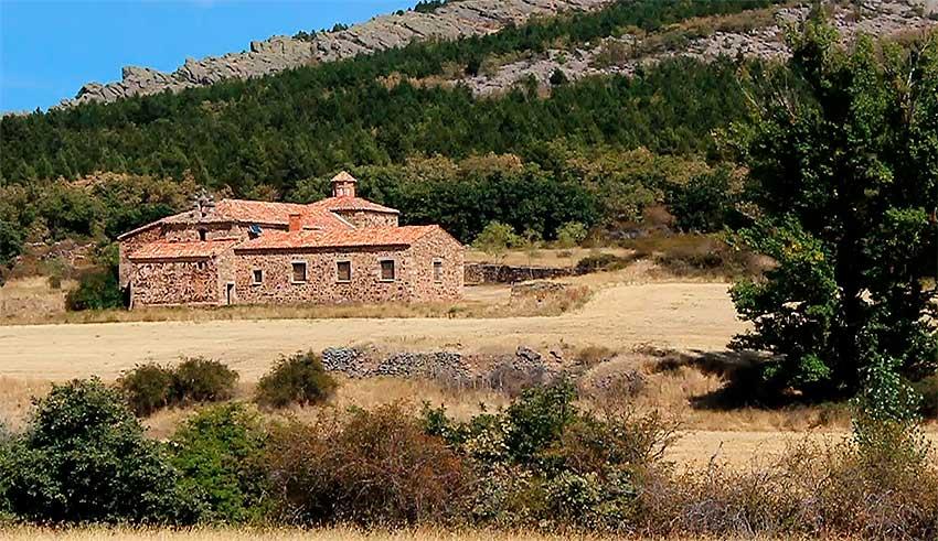 Ermita de la Vigen de Torrambil o de los Remedios donde se dice que estuvieron enterrados los Infantes de Lara. Detrás: Monte Toranzo