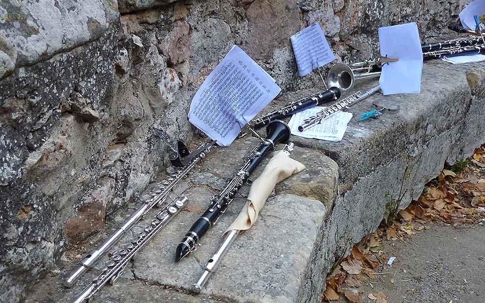 banda-municipal-de-musica-de-soria-instrumentos-en-banco-de-piedra