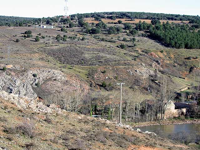 Al fondo, el Monte de las Ánimas sobre el convento sanjuanista de San Juan de Duero