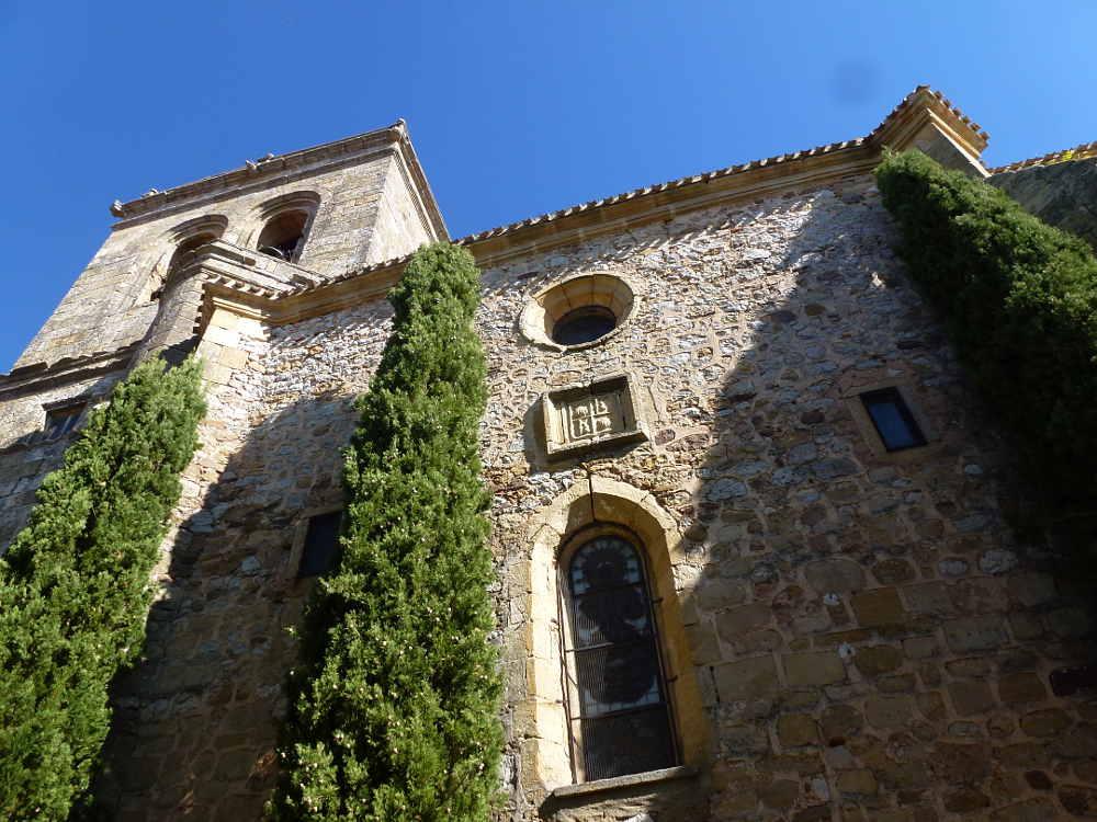 cipreses-en-fachada-iglesia-del-espino-en-soria