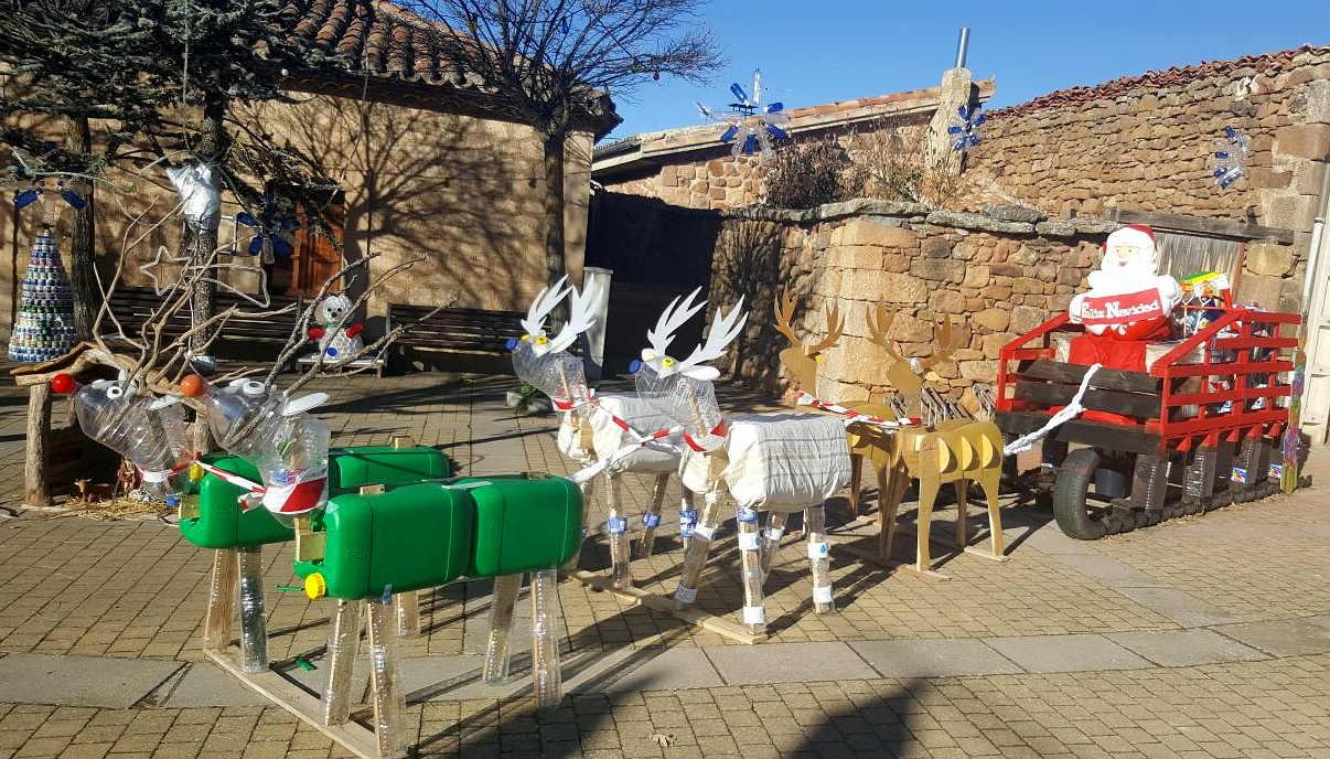 El iv concurso de adornos navide os reciclables lo gana la for Decoracion de casas con material reciclado